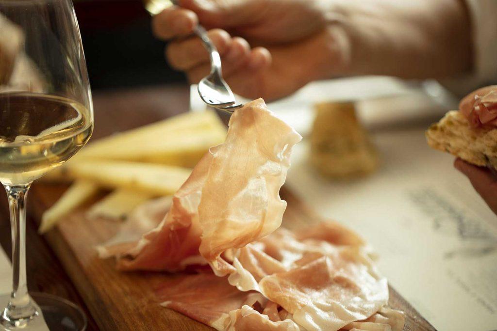 Salsamentaria, una selezione pronta di salumi e formaggi, appena affettati sui taglieri, gustosa, veloce e senza impegno